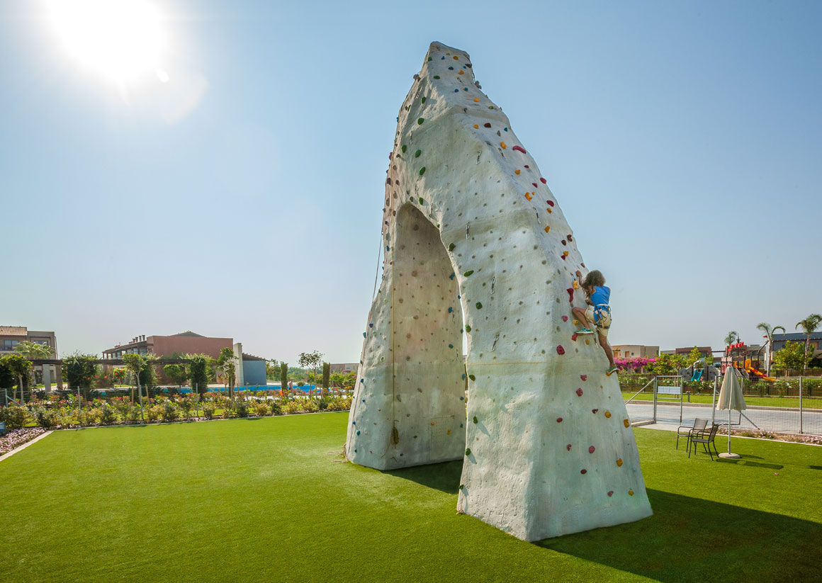 The climbing wall at Astir Odysseus Kos Resort & Spa offers several routes that take you to the top, some more challenging, for experienced climbers who enjoy pushing their limits, others easy, suitable for beginners.